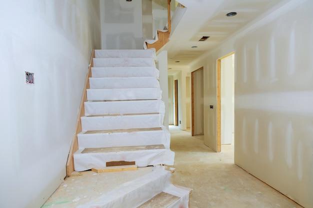 Onafgewerkte kamer van binnenhuis in aanbouw Premium Foto