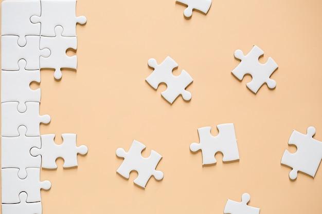 Onafgewerkte witte puzzel Gratis Foto