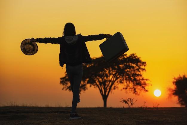 Onafhankelijke reis. jonge vrouwenreiziger met een bagage Premium Foto