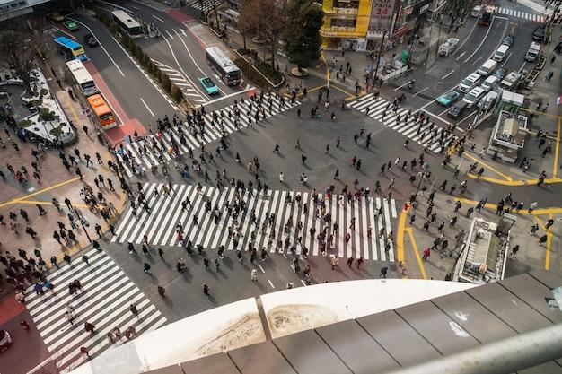 Onbepaalde mensen en auto menigte met areial weergave pedestrains kruispunt dwarsloop shibuya Premium Foto