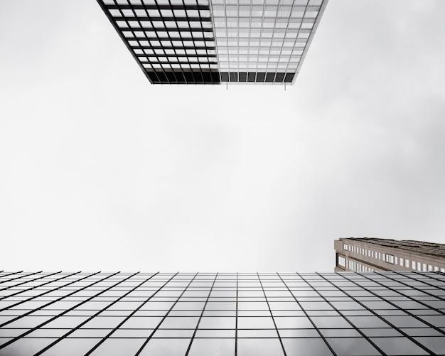 Onderaanzicht moderne glazen gebouwen Gratis Foto