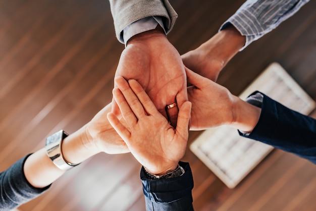 Onderaanzicht van mensen handen bij elkaar te houden. Premium Foto