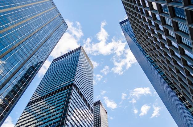 Onderaanzicht van wolkenkrabbers in manhattan, new york, verenigde staten Premium Foto