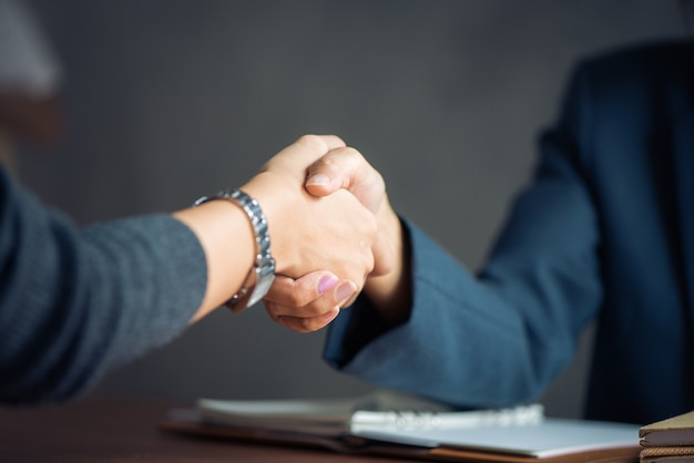Onderhandelende zaken, beeld zakenvrouwen handdruk, blij met werk, zakenvrouw die ze geniet van haar werkgenoot, handshake gesturing people connection deal concept. vintage effect stijl foto's. Gratis Foto