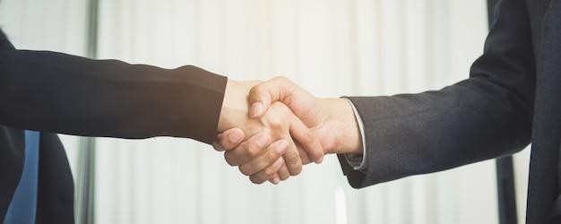 Onderhandelende zaken, beeld zakenvrouwen handdruk, blij met werk, zakenvrouw die ze geniet van haar werkgenoot, handshake gesturing people connection deal concept. Gratis Foto
