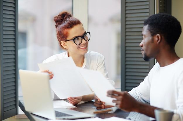 Onderhandelingen voeren met zakenpartner Gratis Foto