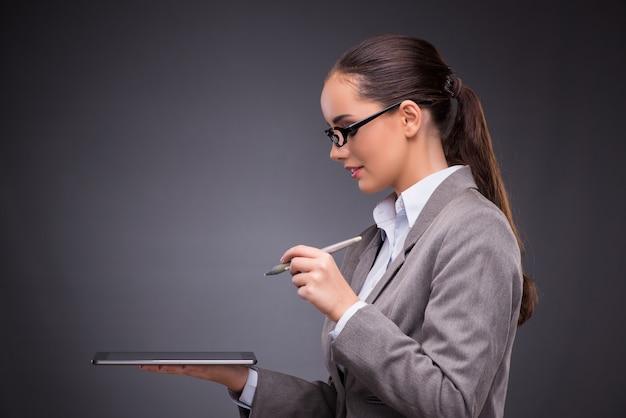 Onderneemster die aan tabletcomputer werken in bedrijfsconcept Premium Foto