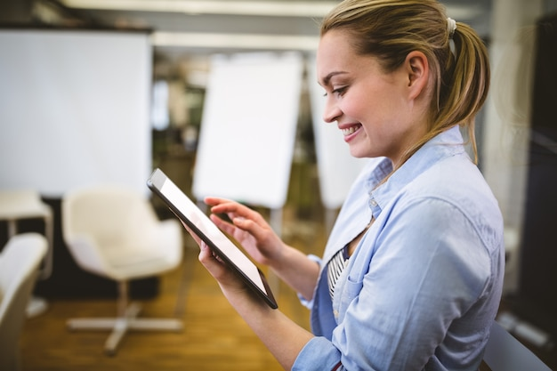 Onderneemster die digitale tablet in vergaderzaal gebruiken Premium Foto