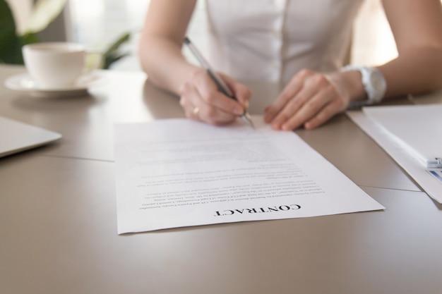 Onderneemster die document ondertekent, vrouwelijke handen die handtekening, nadruk op contract zetten Gratis Foto