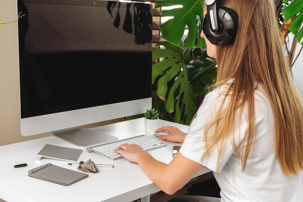 Onderneemster die haar computer op een kantoor of thuis met behulp van Premium Foto