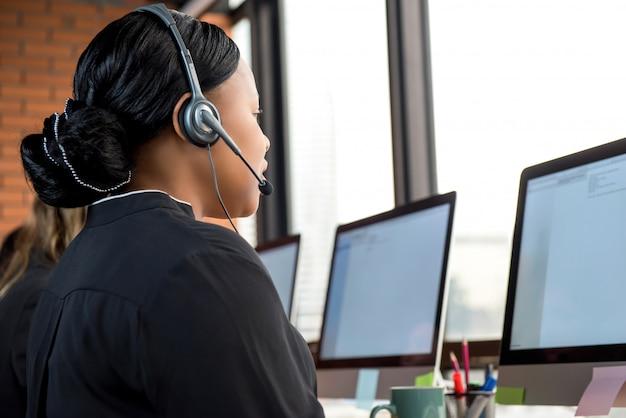 Onderneemster die in call centre werkt Premium Foto