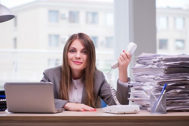 Onderneemster die in het bureau werkt Premium Foto