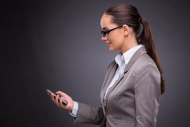 Onderneemster die mobiele telefoon in bedrijfsconcept met behulp van Premium Foto