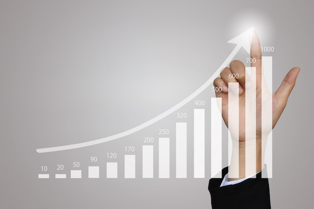 Onderneemster die op de groeigrafiek voor zaken richt. Premium Foto