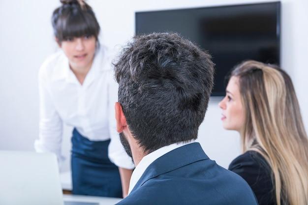 Onderneemster die zakenlui in de vergadering bekijken Gratis Foto
