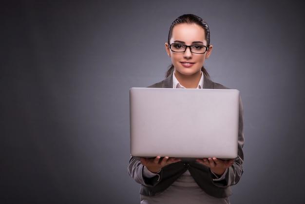 Onderneemster met laptop in bedrijfsconcept Premium Foto