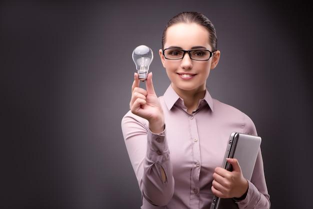 Onderneemster met lightbulb in bedrijfsconcept Premium Foto