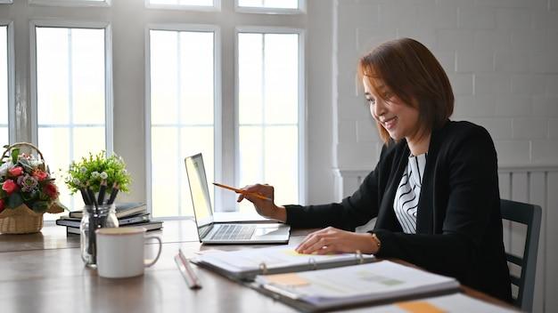 Onderneemster werkende analyse op laptop computer, bedrijfsfinanciën en boekhoudingsconcept. Premium Foto