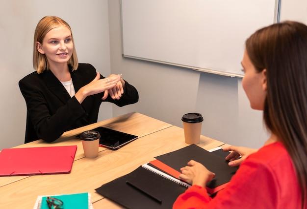 Onderneemsters die gebarentaal gebruiken Gratis Foto