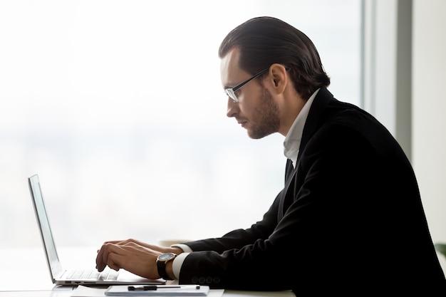 Ondernemer bezig met bedrijfsmarketingstrategie Gratis Foto
