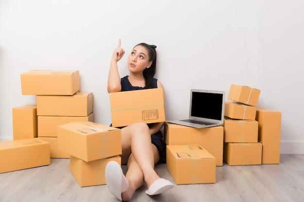 Ondernemer die met dozen werkt Gratis Foto