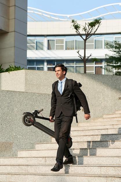 Ondernemer met zijn elektrische scooter Premium Foto