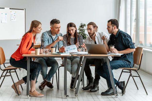 Ondernemers bijeen op kantoor werken Gratis Foto