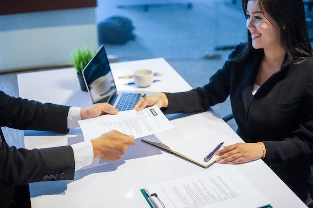 Ondernemers en ondernemers bespreken documenten voor sollicitatiegesprek concept Premium Foto