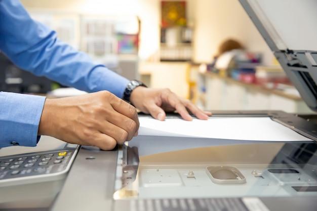 Ondernemers gebruiken fotokopieerapparaten Premium Foto