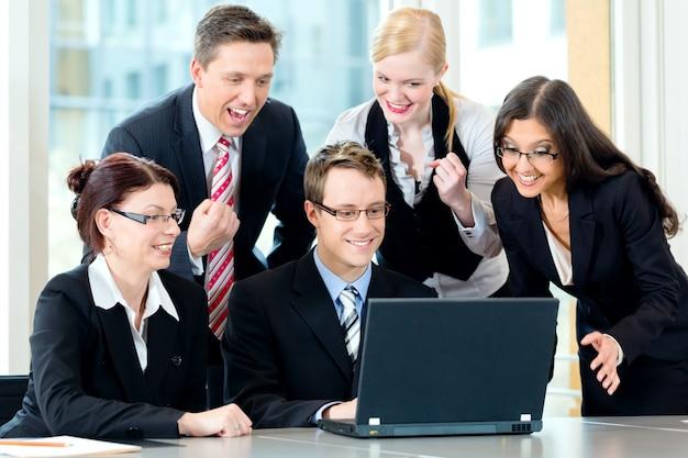 Ondernemers hebben teamvergadering in een kantoor Premium Foto
