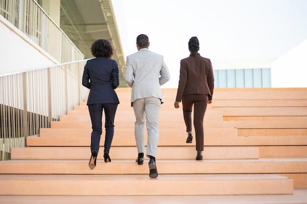 Ondernemers lopen in de buurt van kantoorgebouw Gratis Foto