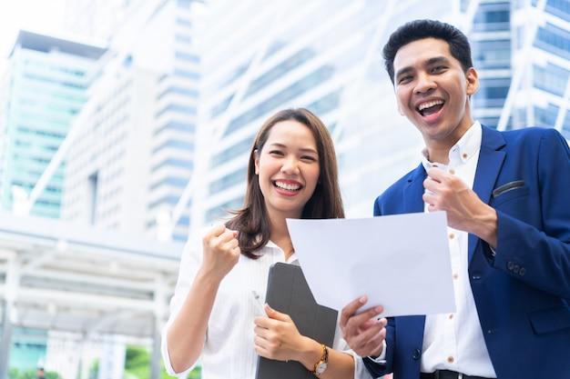 Ondernemers teamwerk verhogen arm uitgestrekt samen met geluk gevoel na voltooide goa Premium Foto
