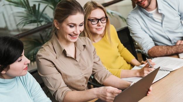 Ondernemers tijdens een vergadering binnenshuis Gratis Foto