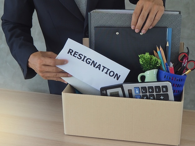 Ondernemers verzamelen persoonlijke items en ontslagbrieven. Premium Foto