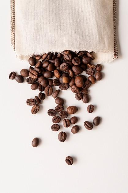 Ondersteboven koffiebonen in een zak Gratis Foto