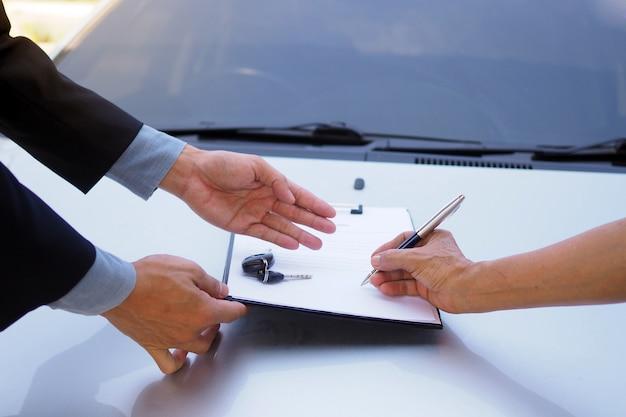 Onderteken het autoherfinancieringscontract. leningbedrijf en vrijgave van leningen Premium Foto