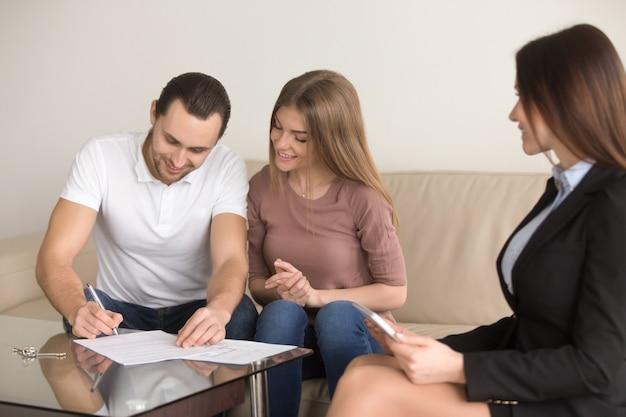 Ondertekening overeenkomst over ontmoeting met makelaar, paar kopen huurappartement Gratis Foto