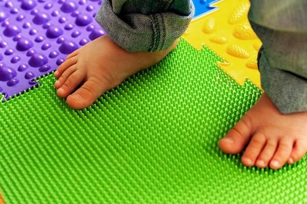 Onderwijs en ontwikkeling van het kind. massage en orthopedische mat, tapijt voor kinderen. vroege ontwikkeling, orthopedie Premium Foto