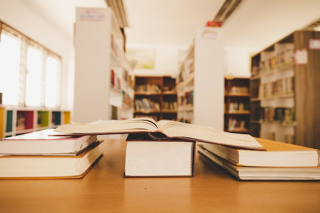Onderwijs het leren concept met het openen van boek of handboek in oude bibliotheek Gratis Foto