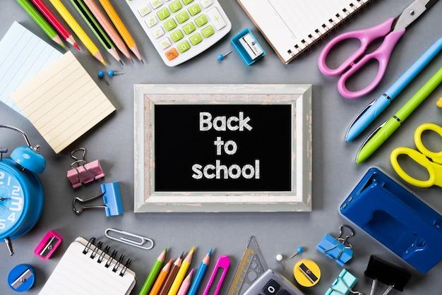 Onderwijs of terug naar school op grijze achtergrond Premium Foto
