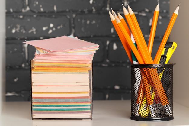 Onderwijs, studie en terug naar school concept creatief bureau met briefpapier Premium Foto