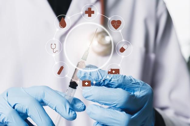 Onderzoeker met glazen laboratorium chemische reageerbuizen met vloeistof voor analytische, medische Premium Foto
