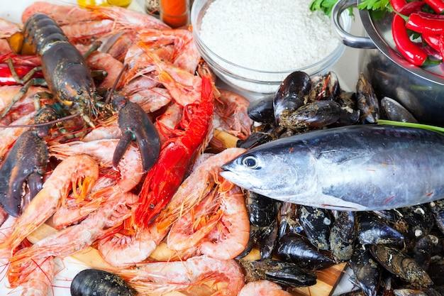 Ongekookte mariene producten en kruiden in de keuken Gratis Foto