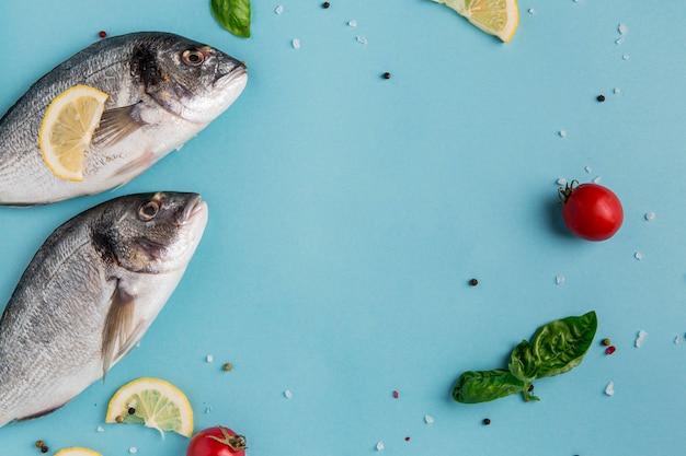 Ongekookte zeevruchten, vis en groenten Gratis Foto