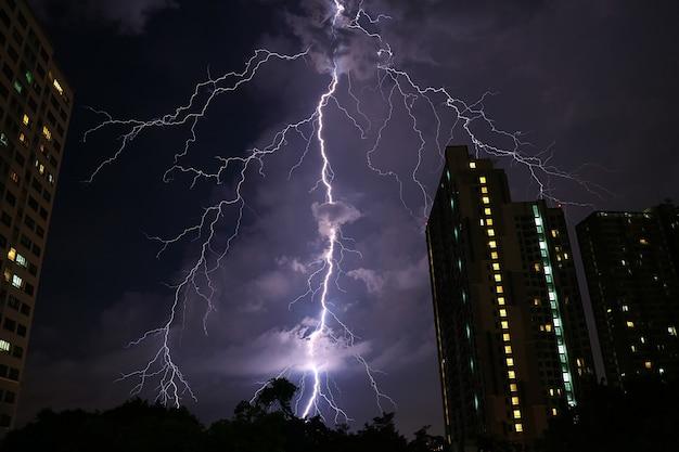 Ongelooflijke echte blikseminslag op de nachtelijke hemel van stedelijk bangkok Premium Foto