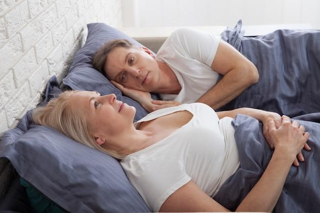 Ongelukkig paar van middelbare leeftijd in de slaapkamer thuis. Premium Foto