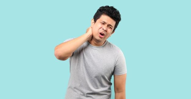 Ongelukkige aziatische man die aan nekpijn lijdt Premium Foto