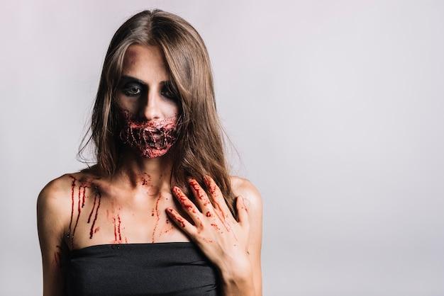 Ongelukkige enge vrouw in zwarte kleding Gratis Foto