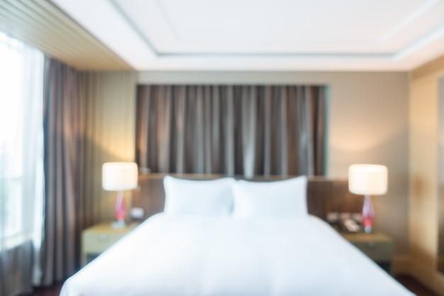 Ongericht view of room met witte dekbed en bruine gordijnen Foto ...