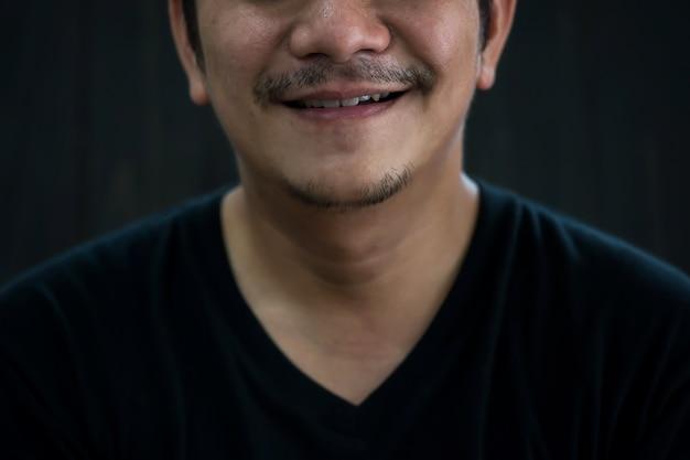 Ongeschoren baard smile man werk vanuit huis Premium Foto